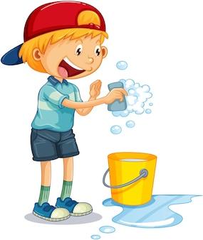 Ein junge, der einen schwamm mit blasen zum reinigen hält