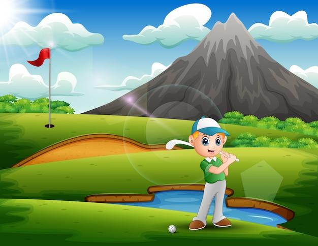 Ein junge, der golf in der schönen natur spielt