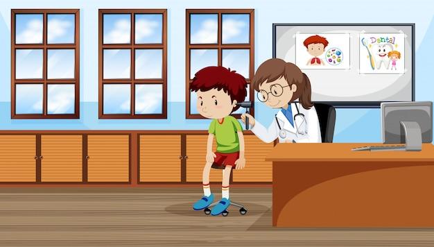 Ein junge, der ohr mit doktor überprüft