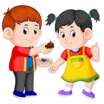 Ein junge, der seiner freundin ein stück kuchen auf einer platte gibt