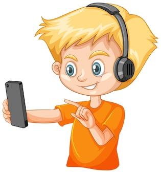 Ein junge, der smartphone auf weißem hintergrund verwendet