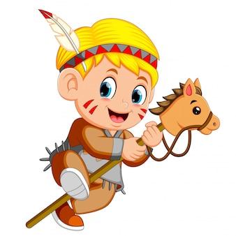 Ein junge indianisches spielendes stockpferdespielzeug