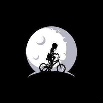 Ein junge spielt fahrrad auf dem mond