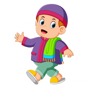 Ein kleiner junge benutzt den violetten kaftan und läuft