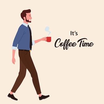 Ein männlicher angestellter, der eine pause macht und beim gehen kaffee hält