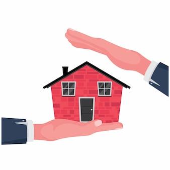 Ein makler übergibt eine hausversicherung an den kunden mit einer hand, die ein rotes haus hält