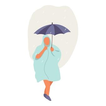 Ein mann geht mitten in der regenzeit mit regenschirm und mantel spazieren