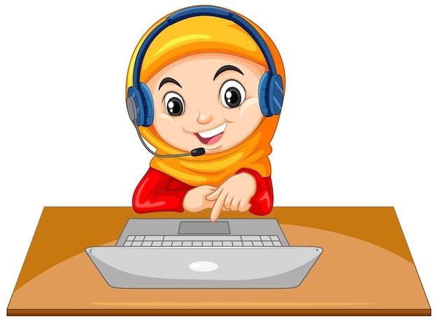 Ein muslimisches mädchen mit laptop auf dem tisch auf weißem hintergrund