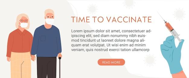Ein paar ältere menschen, die medizinische gesichtsmaske tragen. eine krankenschwester oder ein arzt übergeben den latexhandschuh, der die spritze mit impfstich hält. covid-impfkonzept.