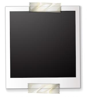 Ein polaroid an einem stück papier befestigt