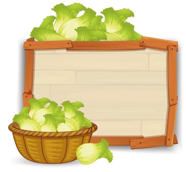 Ein salat auf holzbrett
