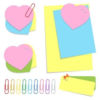 Ein satz farbiger büroklebeblätter in verschiedenen formen, stecknadeln und clips.