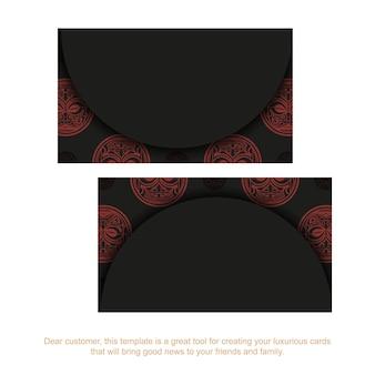 Ein satz visitenkarten in schwarz mit roten maori-maskenverzierungen.