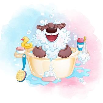 Ein süßer kleiner bär im bad macht einen bart aus seifenschaum und lacht.