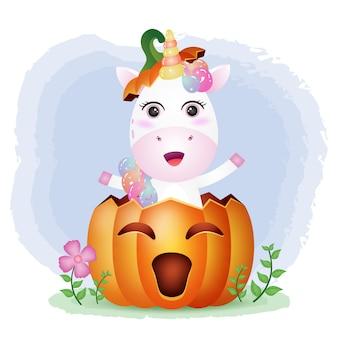 Ein süßes einhorn im halloween-kürbis