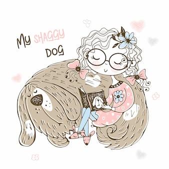 Ein süßes mädchen liest ein buch neben ihrem struppigen hund.