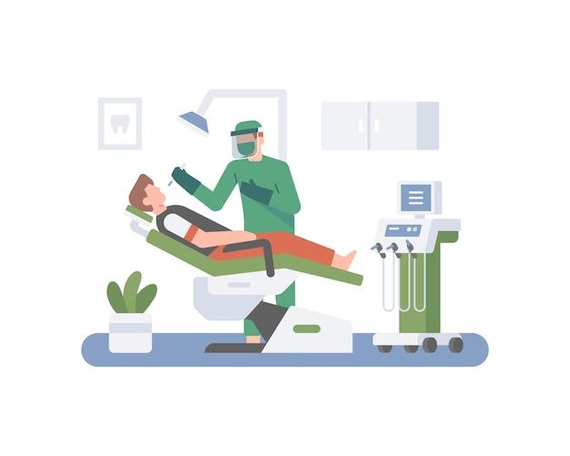 Ein zahnarzt trägt eine gesichtsmaske, während er den patienten überprüft