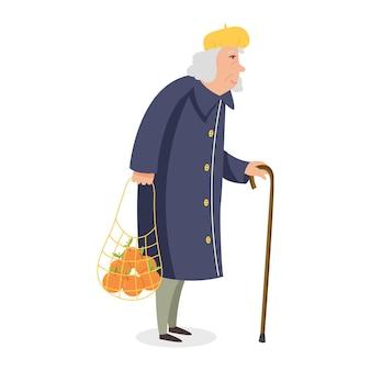Eine alte dame mit einem stock und einer tüte orangen. graue oma in mantel und baskenmütze. cartoon-vektor-charakter