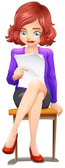 Eine dame, die liest, während sie an der bank sitzt