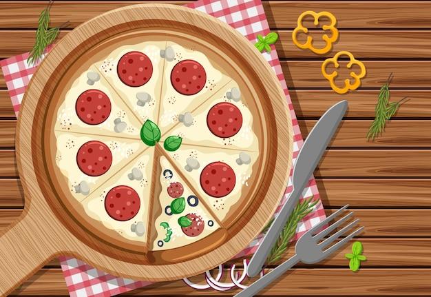 Eine ganze pizza mit peperoni-topping auf dem tischhintergrund