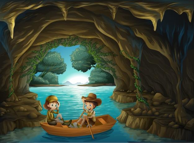 Eine höhle mit zwei kindern, die in ein hölzernes boot fahren