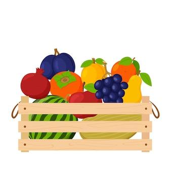 Eine holzkiste voller reifer frischer früchte, wassermelonen, trauben, äpfeln und birnen. natürliche bio-lebensmittel.