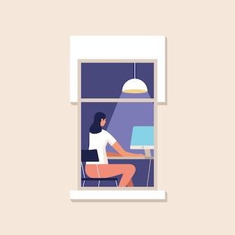 Eine junge frau arbeitet zu hause am computer. zuhause arbeiten. online-studium, bildung. fassade des hauses mit einem fenster.