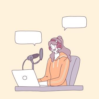 Eine junge frau geht auf einem laptop live, um einen verkauf abzuschließen