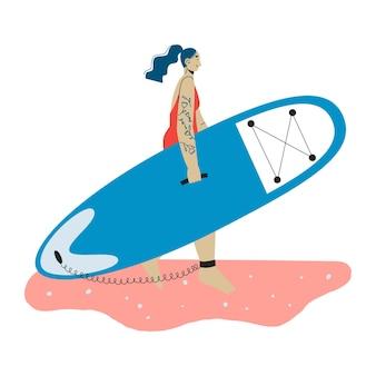 Eine junge frau mit tattoo-carring-sup-board surf-frau sup-boarding outdoor-aktivität