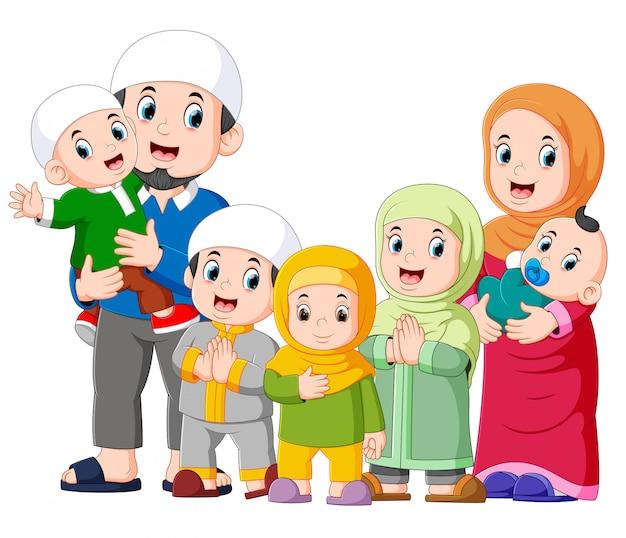 Eine muslimische familie mit fünf kindern feiert ied mubarak