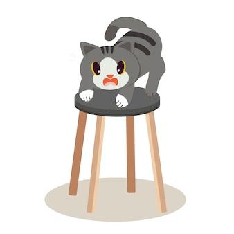 Eine niedliche charakterkatze, die auf dem hohen stuhl steht und es sieht beängstigend aus