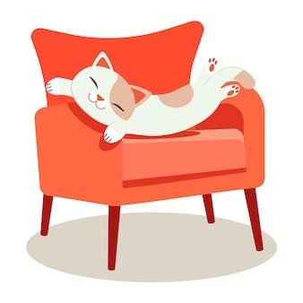 Eine niedliche charakterkatze, die auf dem roten sofa schläft und es schauen entspannend