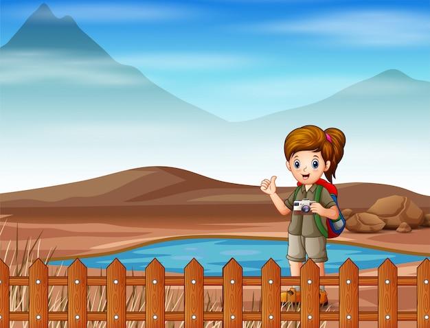 Eine pfadfinderin, die auf trockenem land spazieren geht
