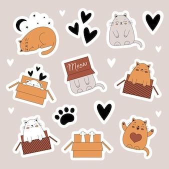 Eine reihe von aufklebern mit süßen katzen. haustiere, tiere. katze in einer kiste. illustration im doodle-stil