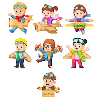 Eine sammlung von kindern, die mit dem kartonflugzeug spielen