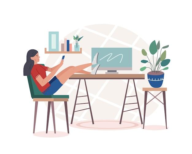 Eine studentin oder freiberufliche arbeiterin, die zu hause sitzt und das telefon scrollt und ihre füße mit einem computer auf den tisch legt.