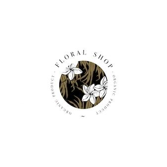 Einfaches logo. graviertes logo. botanischer schönheitssalon und organisches kosmetisches symbol mit plumeria-blumen. tropische palmblätter.