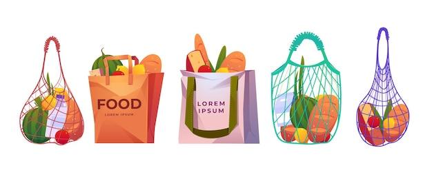 Einkaufstaschen aus netz, papier und baumwolle mit lebensmittel auf weiß isoliert