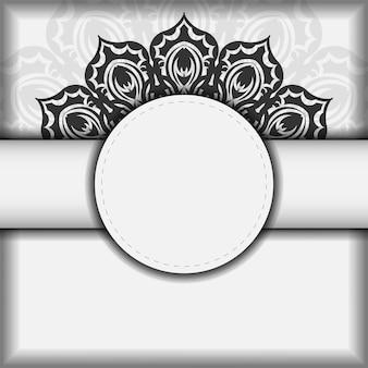 Einladungsvorlage mit platz für ihren text und ihre muster. vektorweißpostkartendesign mit schwarzen mandalamustern.