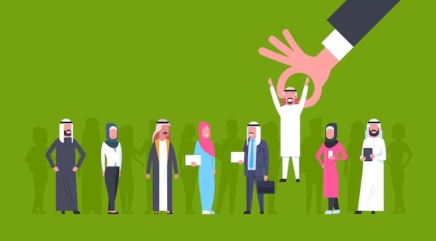 Einstellungs-hand, die arabischen mann-kandidaten von der ostleute-gruppen-einstellung auswählt