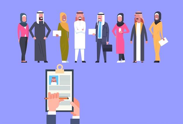 Einstellungs-hand, die die zusammenfassung wählt kandidaten von den arabischen geschäftsleuten gruppen-personalwesen-konzept hält