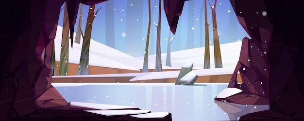 Eishöhle im bergblick auf gefrorenem waldteichsee oder leere höhlennaturlandschaft des flusses mit sta...