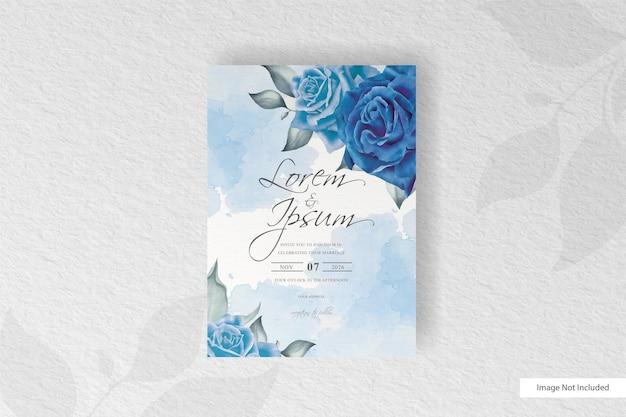 Elegante aquarell-hochzeits-einladungskarte mit blauer blume und blättern