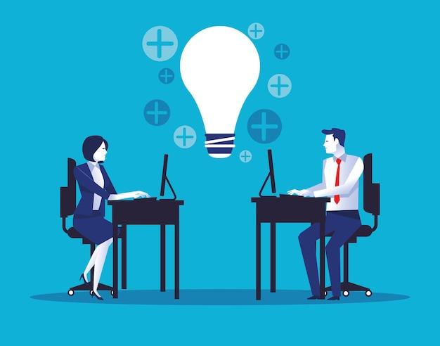 Elegante geschäftspaararbeiter, die desktop im büro mit glühbirnenillustration verwenden