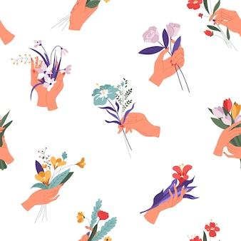Elegante weibliche hand, die blühende blumensträuße hält. tulpen und narzissen, rosen und gänseblümchen mit dekorativem blattwerk. frühling und sommer saisonale blüte der flora. feiertagsgrußvektor im flachen stil