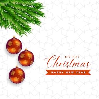 Elegante weihnachtsbaumblätter mit hängenden kugeln