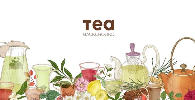 Eleganter horizontaler hintergrund oder hintergrund mit glas-teekannen, tassen, köstlichem aromatischem tee, blumen, beeren, blättern. hintergrund mit natürlichem gesundem getränk oder getränk. realistische vektorillustration.