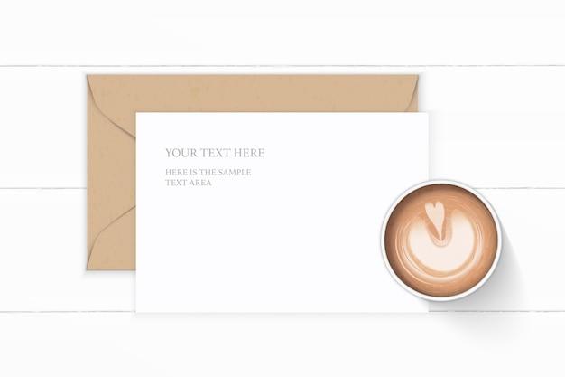 Eleganter weißer kompositionsbuchstabe-kraftpapierumschlagkaffee der flachen draufsicht auf holzhintergrund.