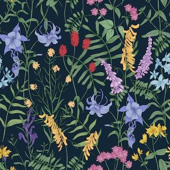 Elegantes botanisches nahtloses muster mit wilden blumen und kräutern auf schwarz