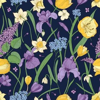 Elegantes nahtloses blumenmuster mit schönen frühlingsblumen auf dunklem hintergrund. wunderschöne blühende pflanzen.